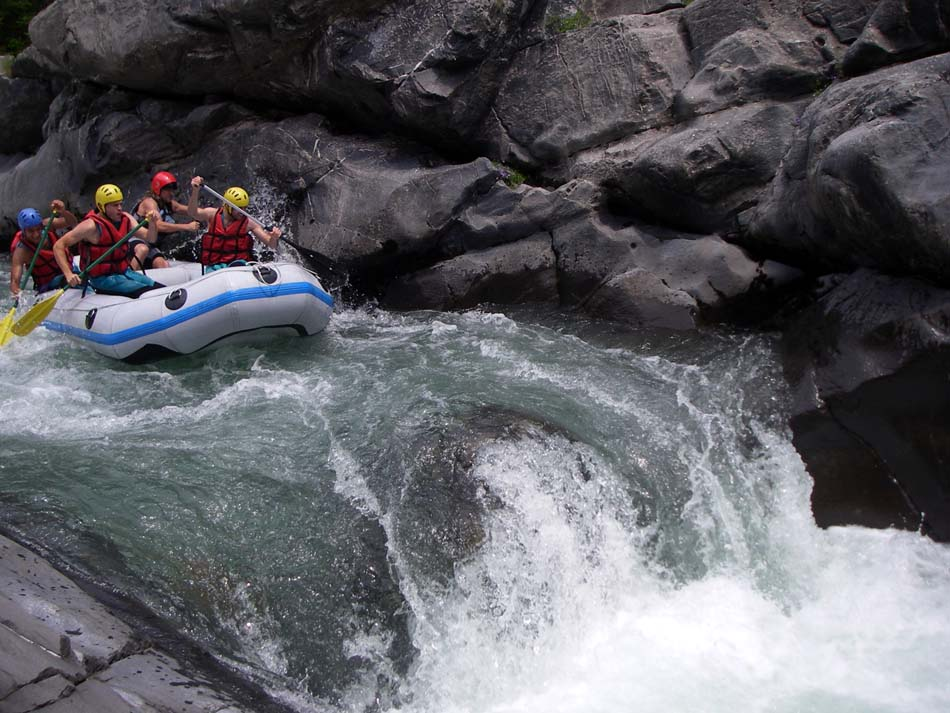 Un groupe en Raft mené par un guide Aquareve sur la vésubie